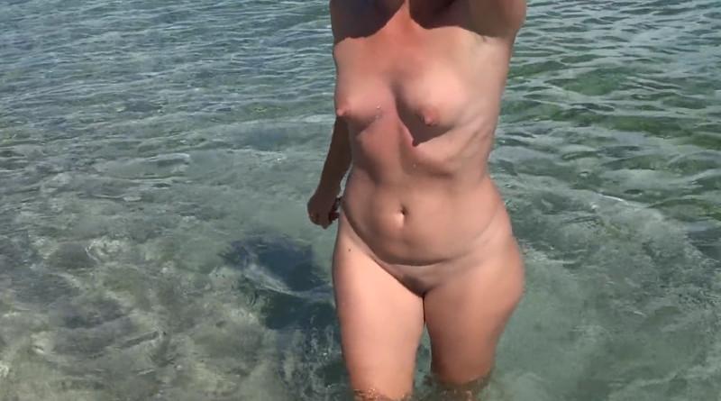 Sesso a tre nella spiaggia nudisti