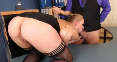 Segretaria spompina il capo maturo